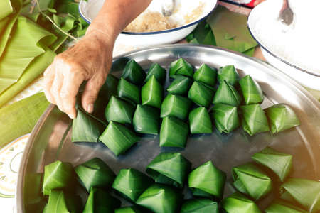 Making Thai folk sweets wrapped in banana leaves Due to the Thai New Year festival Zdjęcie Seryjne