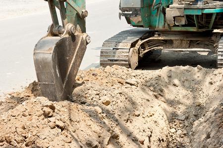 Tractor uitgraven grond geul voor leken pijpen