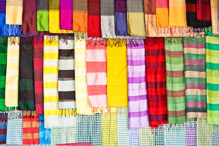 sciarpe: Variet� di sciarpe colorate appese per vendere