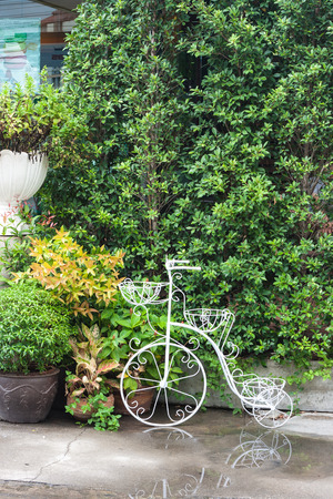 decorated bike: Acciaio che formano un fiore pentola porta bici per la decorazione