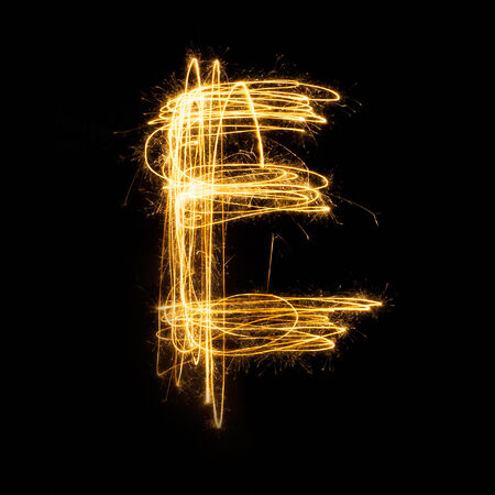 Sparkler vuurwerk lichte alfabet E met hoofdletters geïsoleerd op een zwarte achtergrond.
