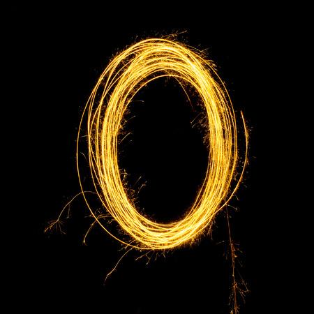 Sparkler vuurwerk lichte alfabet O en nummer nul geïsoleerd op een zwarte achtergrond. Stockfoto - 34210745