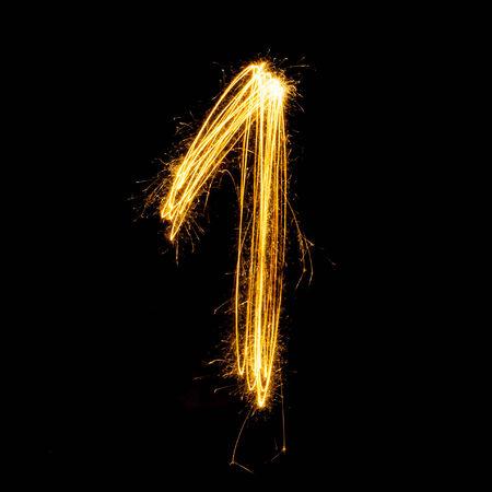 Sparkler vuurwerk lichte alfabet nummer 1 geïsoleerd op een zwarte achtergrond.