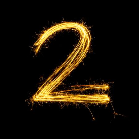 nombres: Sparkler feu d'artifice de lumi�re num�ro de l'alphabet 2 isol� sur fond noir. Banque d'images