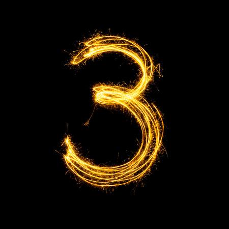 Sparkler vuurwerk lichte alfabet nummer 3 geïsoleerd op een zwarte achtergrond. Stockfoto - 34210782