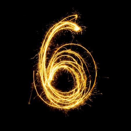 Sparkler vuurwerk licht alfabet nummer 6 geïsoleerd op een zwarte achtergrond.