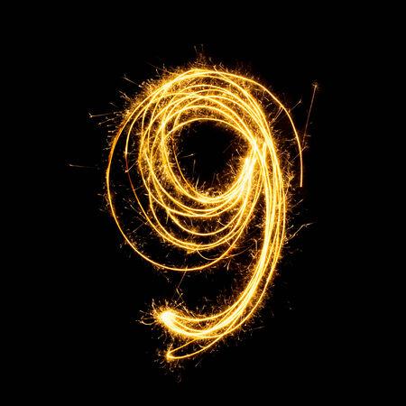 Sparkler vuurwerk licht alfabet nummer 9 geïsoleerd op een zwarte achtergrond. Stockfoto