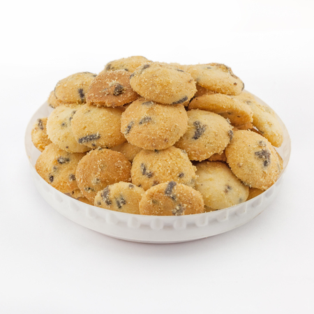 cikolatali: Mini chocolate chip cookies isolated on white background .