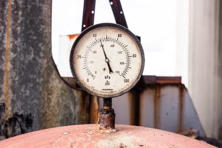 Rusty nanometer in old factory. 版權商用圖片 - 43580246
