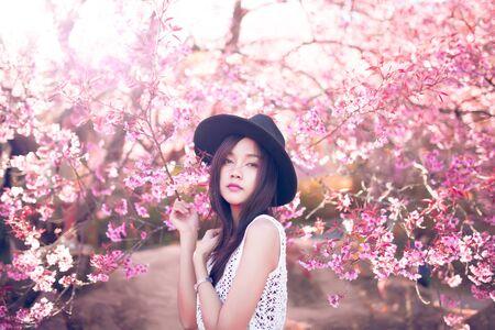 Schöne asiatische Frauen mit Sakura-Blume in Thailand.