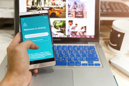 CHIANG MAI, Tailandia - 25 de septiembre 2016: dispositivo Android Mostrando aplicación Airbnb en la pantalla. Airbnb es un sitio web para que la gente lista, busque y alquilar alojamiento.