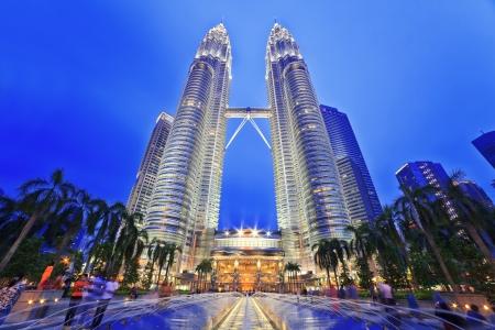 KUALA LUMPUR, Malasia - 13 de abril: Nightscape de las Torres Petronas en 13 de abril 2013 en Kuala Lumpur, Malasia. Torres Petronas fueron los edificios más altos (452m) en el mundo durante el período 1998-2004. Foto de archivo - 19169321