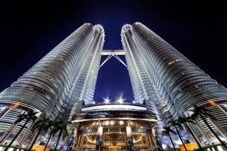 KUALA LUMPUR, Maleisië - 13 APRIL: Nightscape van Petronas Twin Towers op 13 april 2013 in Kuala Lumpur Maleisië. Petronas Twin Towers waren de hoogste gebouwen (452m) in de wereld tijdens 1998-2004.