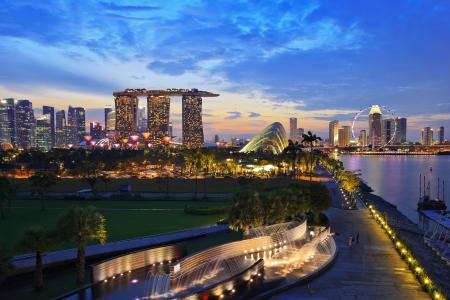 SINGAPUR - 14 de abril: Nightscape de Singapur Marina Bay Sand y el jardín junto a la bahía de Marina Barrage el 14 de abril de 2013, la ciudad de Singapur. Singapur Foto de archivo - 19169318