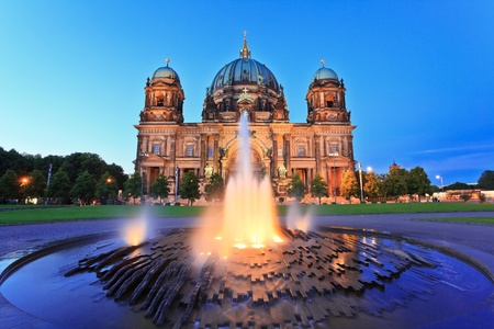 dom: Cathédrale de Berlin Berliner Dom Berlin, en Allemagne au moment du crépuscule