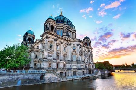 dom: Coucher de soleil sur la cathédrale de Berlin Berliner Dom Berlin, Allemagne