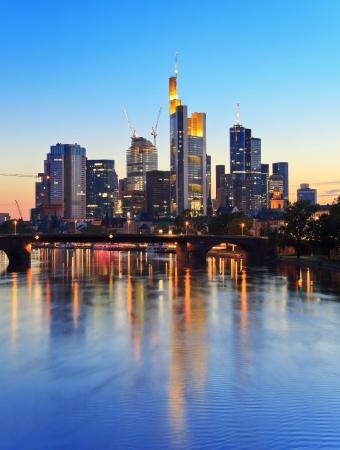 夕暮れ時、ドイツのフランクフルト ・ アム ・ マインのスカイライン