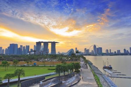 jachthaven: Singapore skyline bij zonsondergang Redactioneel