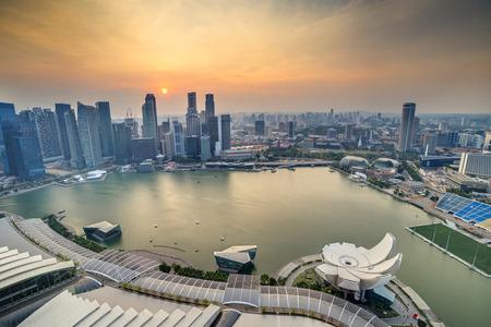 cenital: Horizonte de la ciudad de Singapur, cuando la puesta del sol