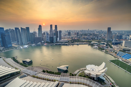 Singapore skyline van de stad bij zonsondergang