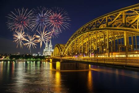 Fuegos artificiales celebración en la Catedral de Colonia y el puente Hohenzollern, Colonia, Alemania Foto de archivo - 35709130