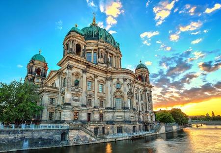 dom: coucher de soleil à la cathédrale de Berlin, Allemagne Banque d'images