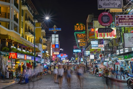 BANGKOK, THAILAND - APRIL 6: Unidentified tourists walking at Khao San Road on April 6, 2015 in Bangkok, Thailand. This road is popular among backpacker because budget accommodation and food. 新闻类图片