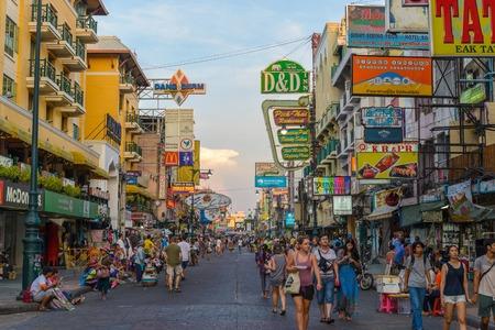 BANGKOK, THAILAND - APRIL 6: Niet geïdentificeerde toeristen die bij Khao San Road op 6 April, 2015 in Bangkok, Thailand lopen. Deze weg is populair onder backpackers vanwege budgetaccommodatie en voedsel.