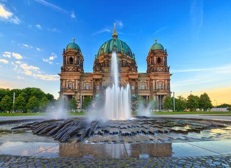dom: Coucher de soleil � la cath�drale de Berlin ou Berlin Dom Allemagne