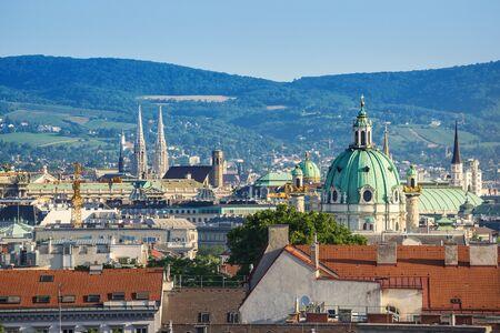 iglesia: Viena horizonte de la ciudad con la Iglesia de San Carlos - Austria Foto de archivo