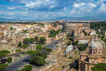 Rome skyline en het Colosseum - Italië Stockfoto