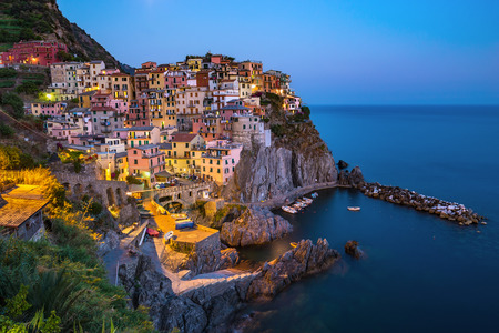 paisaje mediterraneo: Vista del pueblo de Manarola - Cinque Terre - Italia Foto de archivo