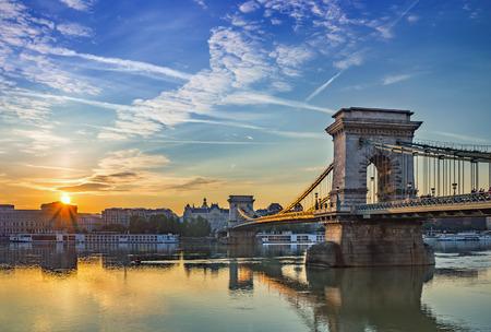 日の出ブダペスト市内と鎖橋 - ブダペスト - ハンガリー 写真素材
