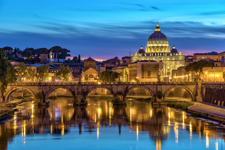 로마 - - 이탈리아 성 베드로 대성당과 로마에서 일몰