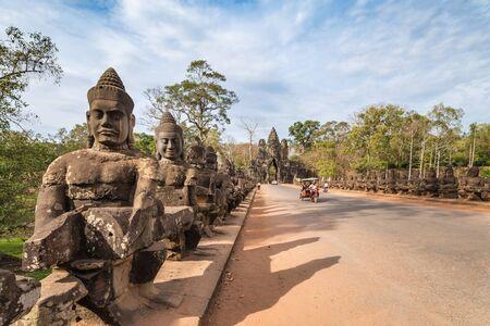 verjas: Puerta Sur de Angkor Thom, Siem Reap, Camboya Foto de archivo