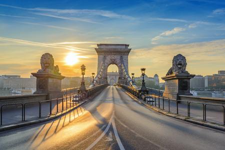 Puente de cadena cuando la salida del sol, Budapest, Hungría