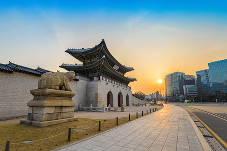 Gwanghwamun Tor bei Sonnenaufgang, Seoul, Südkorea Standard-Bild - 59009199