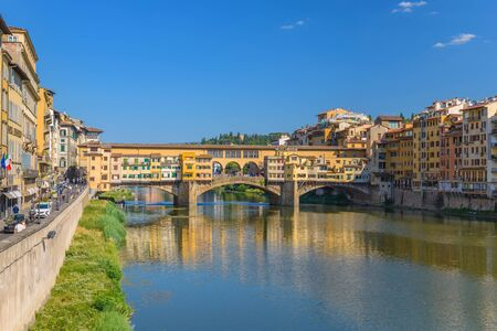 ponte vecchio: Ponte Vecchio and city skyline, Florence, Italy