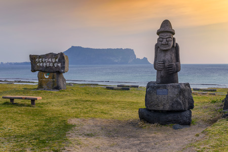 Estatua de Dol Hareubang y Jeju-do Seongsan Ilchulbong, isla de Jeju, Corea del Sur Foto de archivo - 71981060
