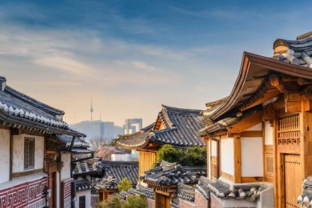 Bukchon Hanok Village und Seoul Skyline von Seoul, Seoul, Südkorea Standard-Bild - 72083334
