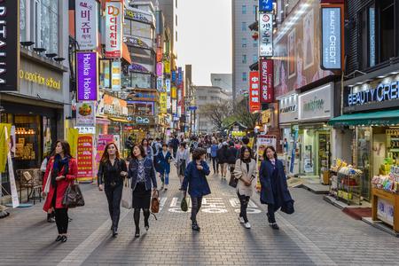 명동, 서울, 한국 4 월 1,2016 : 서울, 한국 쇼핑과 명동 거리 시장에서 산책하는 사람들