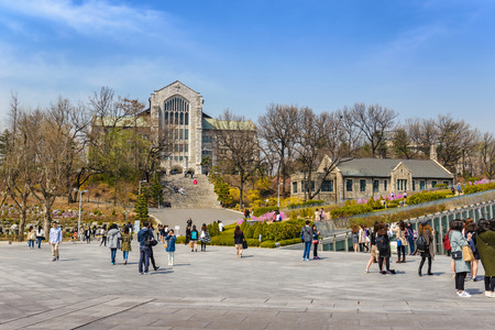 SEOUL, KOREA: APRIL 1,2016: Student an der Ewha Woman University, Seoul, Südkorea Standard-Bild - 75214320