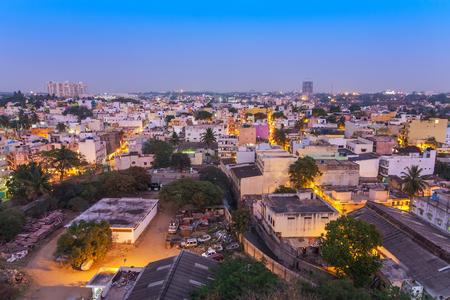 夜、バンガロール、インド居住ゾーンでバンガロール市街のスカイライン