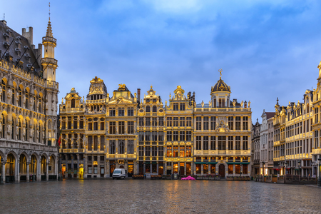 Brussels night city skyline at Grand Place, Brussels, Belgium 免版税图像