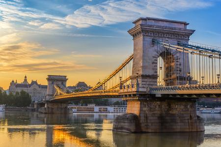 Skyline da cidade do nascer do sol de Budapest na ponte Chain, Budapest, Hungria