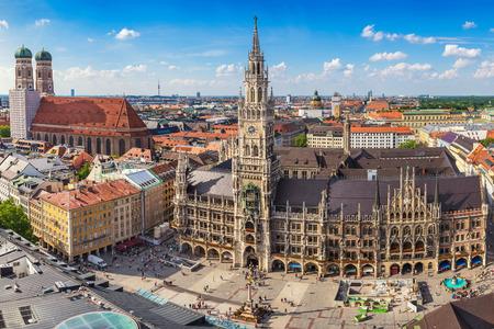 De stadshorizon van München bij het nieuwe stadhuis van Marienplatz, München, Duitsland