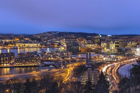 Vue aérienne de nuit d'Oslo sur les toits de la ville au quartier des affaires et au projet de code-barres, Oslo Norvège