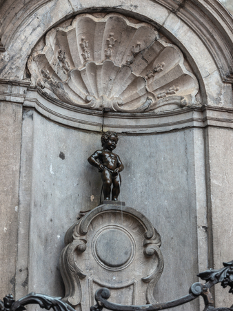 Brüssel Belgien bei Manneken Pis kleiner Mann pinkeln Statue Standard-Bild