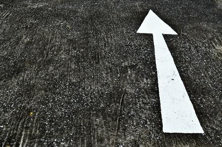 road paving: la flecha de la se�al directa