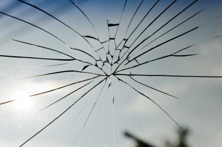 glass broken: el agrietado de vidrio laminado de seguridad Foto de archivo
